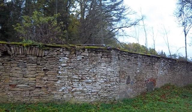 Seli mõisa parki ümbritsev piirdemüür, vaade kirdesuunast. Foto: K. Klandorf 16.10.2012