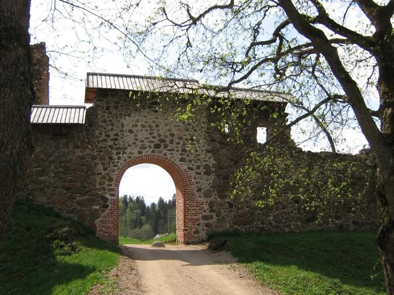Vaade konserveeritud eellinnuse peaväravale Foto Anne Kivi 02.05.2008