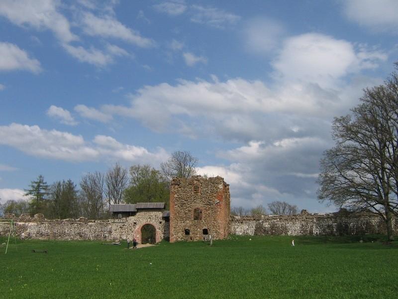 Vaade konserveeritud eellinnuse peaväravale ja nurgatorni varemetele linnuse siseõuelt Foto Anne Kivi 02.05.2008