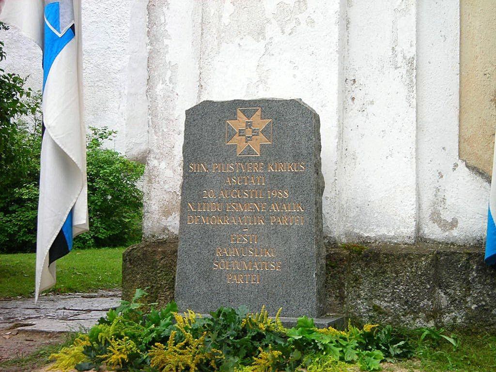 ERSP asutamise mälestuskivi kirikaia värava ees Foto Anne Kivi 24.08.2008