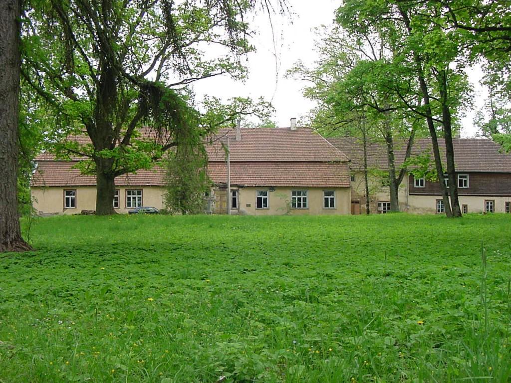 Vaade Loodi mõisa peahoonele pargi esiväljakult Foto Jaan Vali 15.05.2002