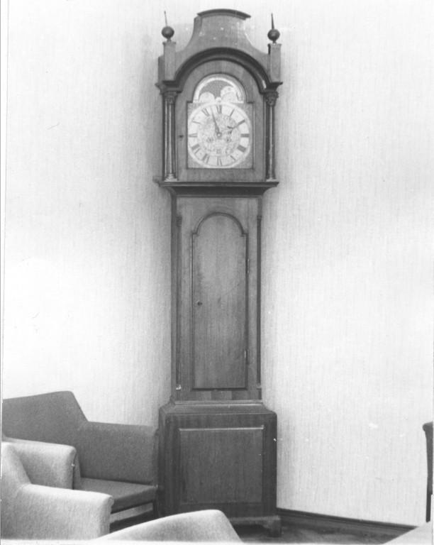 Põrandakell, Inglise töö, 18. saj (puit, metall). Foto: TKVA arhiiv, 1989.