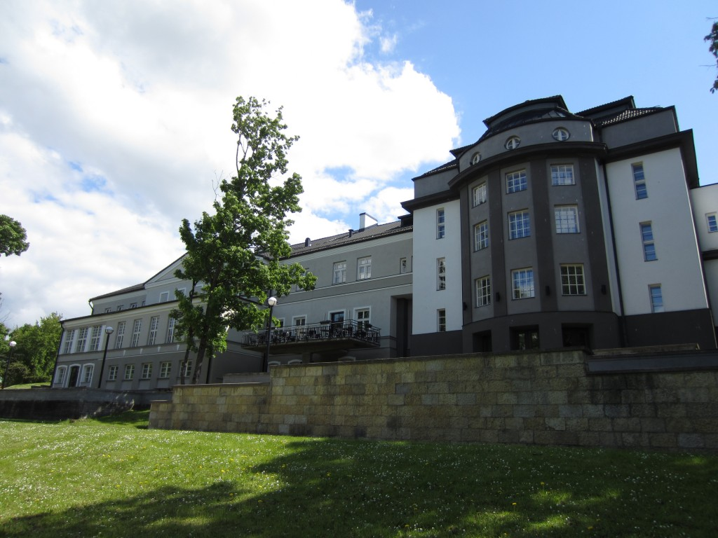15722 Rakvere mõisa peahoone ja teatrihoone, vaade pargipoolsele fassaadile  , 06.06.2012 Anne Kaldam