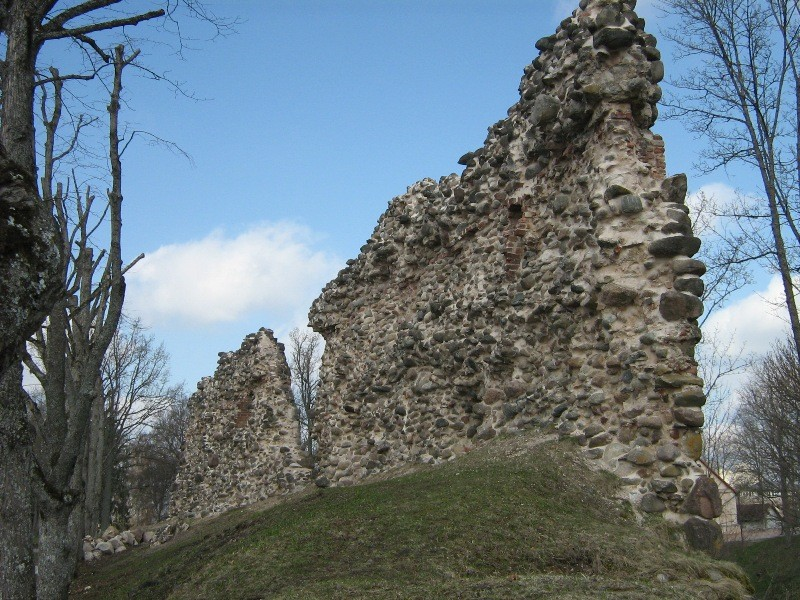 Vaade ordulinnuse II eellinnuse müüridele Foto Anne Kivi 26.04.2012