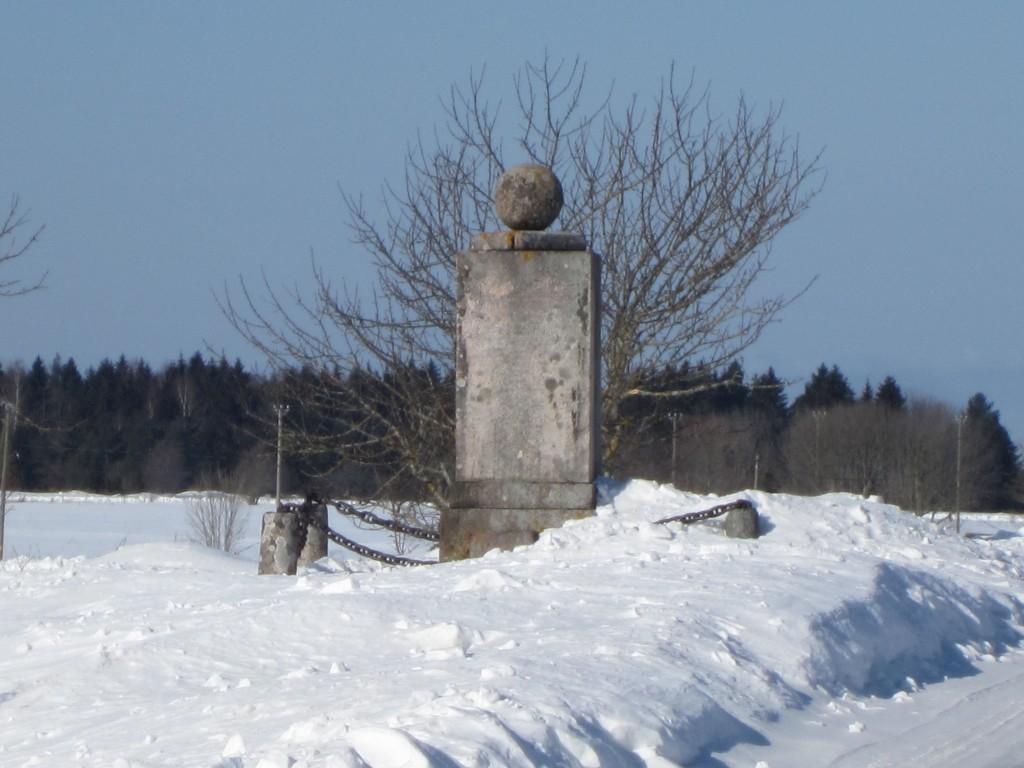 22308 Carl Magnus von der Pahleni mälestussammas. monument tee ääre vaade Palmse mõisa poolt , aeg 19.03.2013 , pilt Anne Kaldam