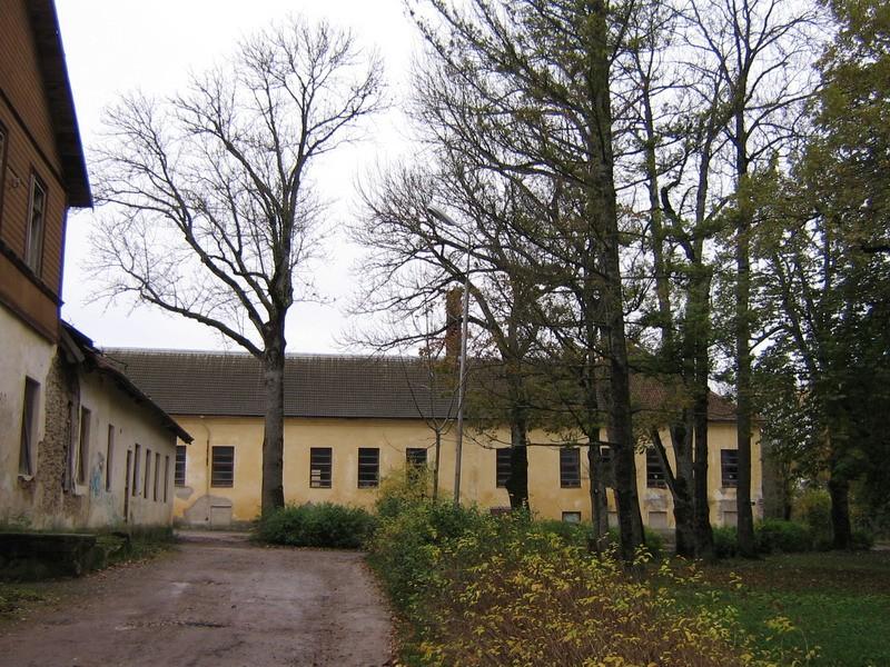 Vinni mõisa valitsejamaja : näha osaliselt valitsejamaja põhjafassaad, pildistatud idast peahoone suusas.  Autor ANNE KALDAM  Kuupäev  16.10.2007