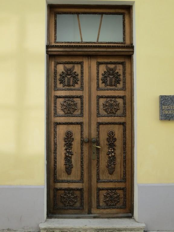 Kohtu tn poolne tiibhoone uks, praegune peasissepääs. Foto H. Kuningas 2013