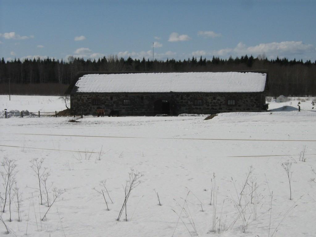 Imastu mõisa härjatall, reg. nr. 15783. Vaade üle karjamaa kirdest. Foto: M.Abel, kp. 09.04.13