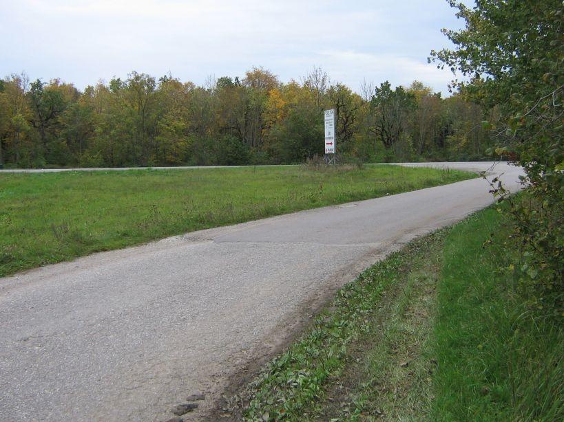 Vaade põllujäänustele ja tammikule põhjast. Foto: Ulla Kadakas, 26.09.2007.