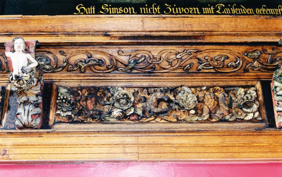 Friis figuraal- ja ornamentaalreljeefidega, E. Thiele, 1667, J. Ambrust, 1696 (puit, polükroomia). Detail. Foto: Jaanus Heinla 2001