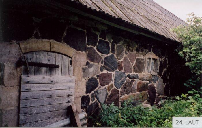 Välja talu laut.  Foto: Mõisaprojekt, Nele Rohtla, 2004.
