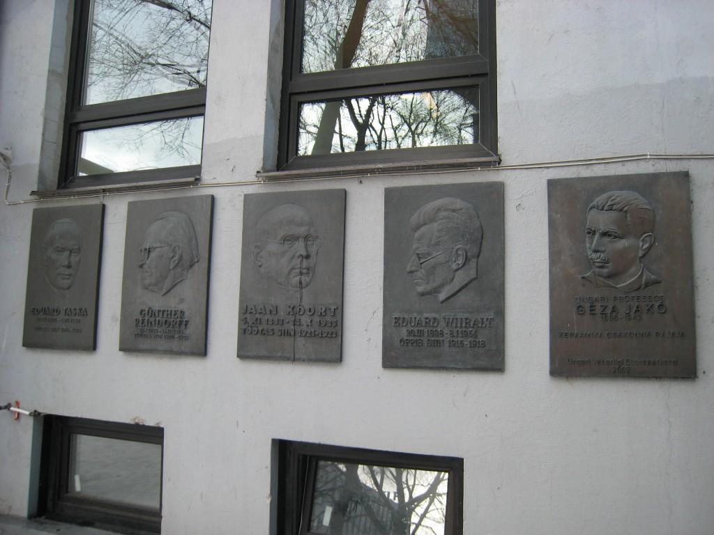 Mälestustahvel E.Viiraltile, A. Mölder, 1975 (pronks). Kõigi EKA mälestustahvlite üldvaade. Foto: V. Leitsar, 2001.