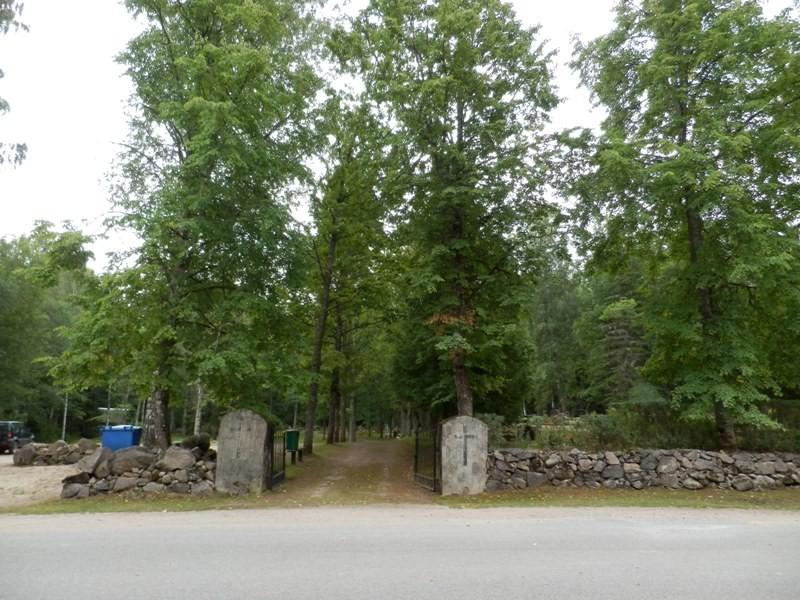 Vaade kalmistu peaväravale Mõisaküla- Jäärja teelt Foto Anne Kivi 30.07.2013