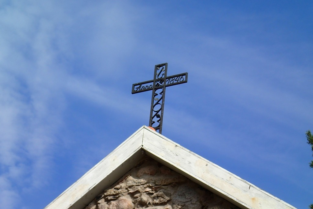 Käsmu Dellingshauseni matusekabel, reg. nr. 16072. Vaade kabeli katusel olevale ristile. Foto: M.Abel, kp. 30.07.2013