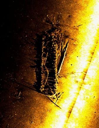 Külgvaate sonari pilt vrakist. Muinsuskaitseamet 15.10.2011.