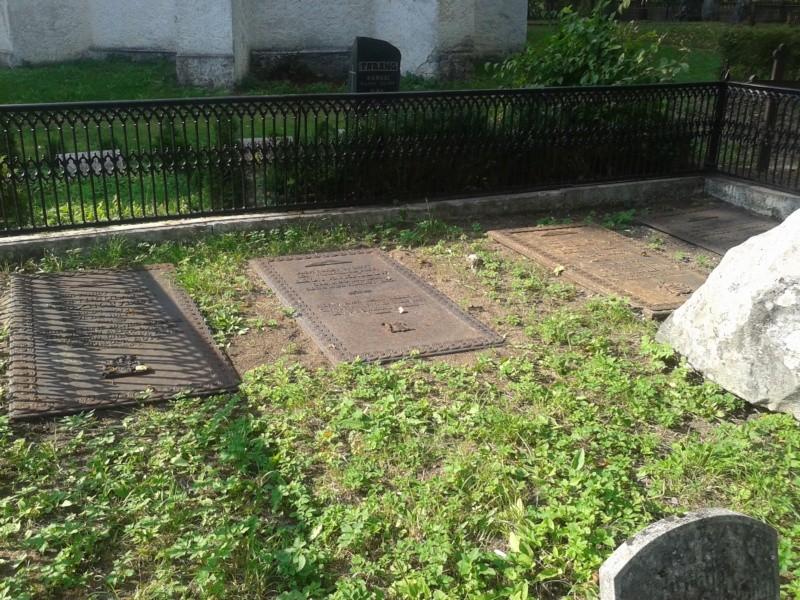 Hooldustöödel väljapuhastatud hauaplaadid (2 vasakpoolset) Kalli Pets, 10.09.2013