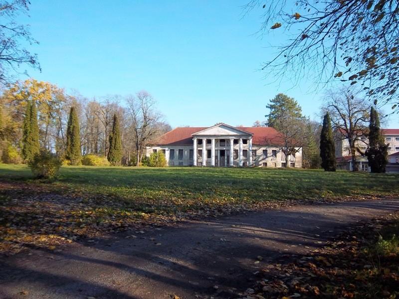 Raikküla mõisa esiväljak. K. Klandorf 18.10.2011.