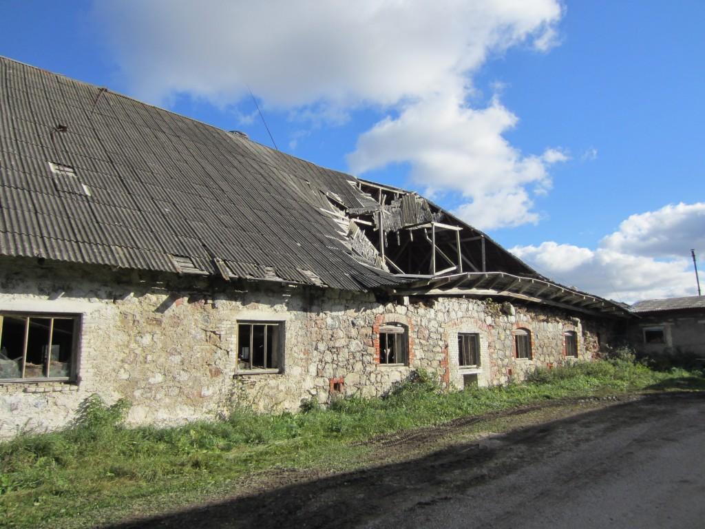 15676 Neeruti mõisa karjalaut 1, vaade sissevarisenud katuse osale, näha vahelae varing. foto: 03.10.2013 Anne Kaldam