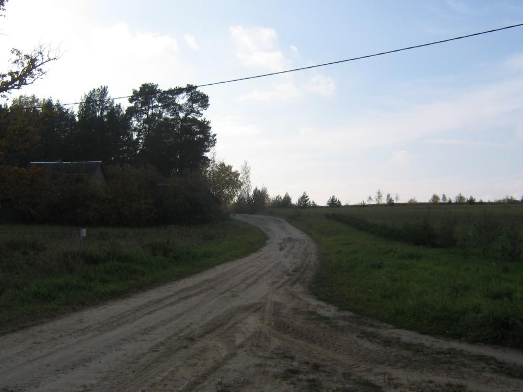 Asulakoht Mooste järve lähedal, laiub kahel pool teed. Foto: Viktor Lõhmus, 11.10.2013.