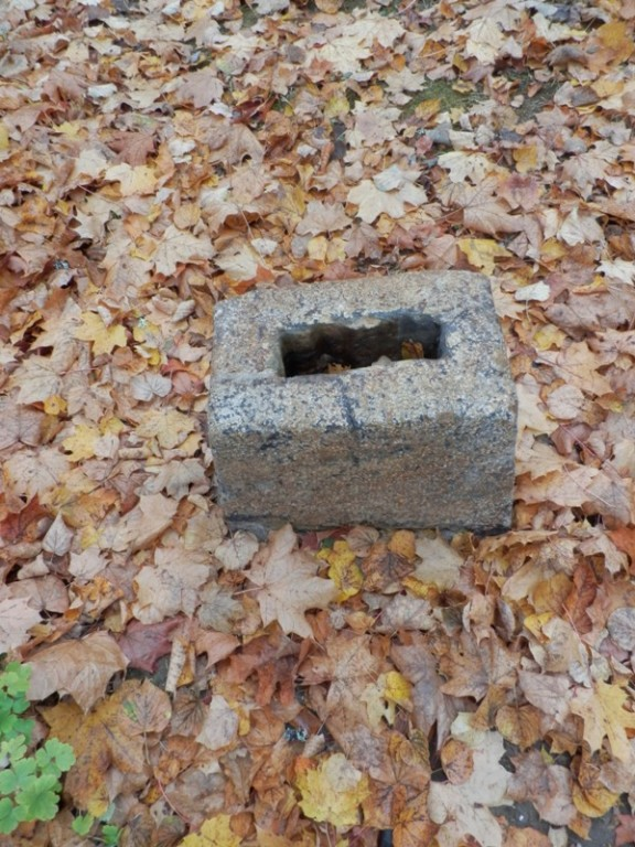 Kolga-Jaani kalmistu.  Amelungide hauaplatsil puuduva risti alus Foto Anne Kivi 15.10.2013