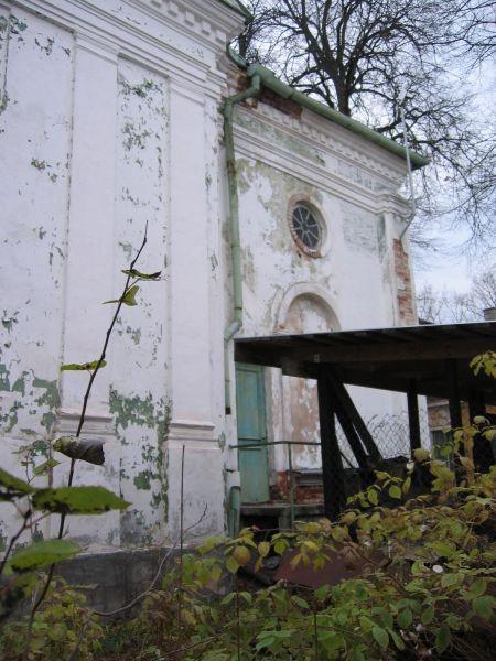 Uspenski kiriku kirdepoolse sisenurga katkenud vihmaveetoru ja karniisi krohvikahjustused. Foto Egle Tamm, 25.10.2013.