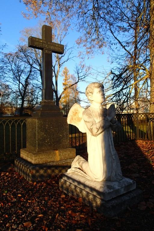 Haljala kirikuaed, reg nr 5761. Perekond Dellingshausenite hauamonument. Foto: M. Abel, 22.10.2013.