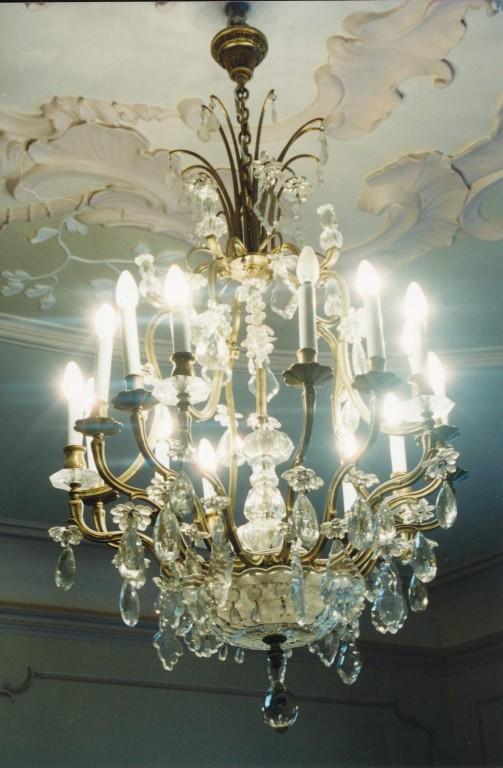 Kroonlühter kahekümne viie tulega. 20. saj. (klaas, pronks) Foto: Jaanus Heinla, 2000