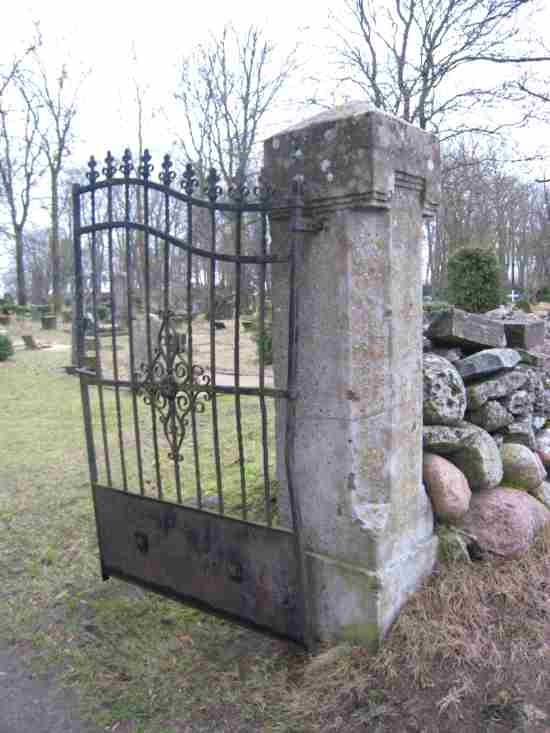 kalmistu värav. Foto: R. Peirumaa. Kuupäev  07.12.2007