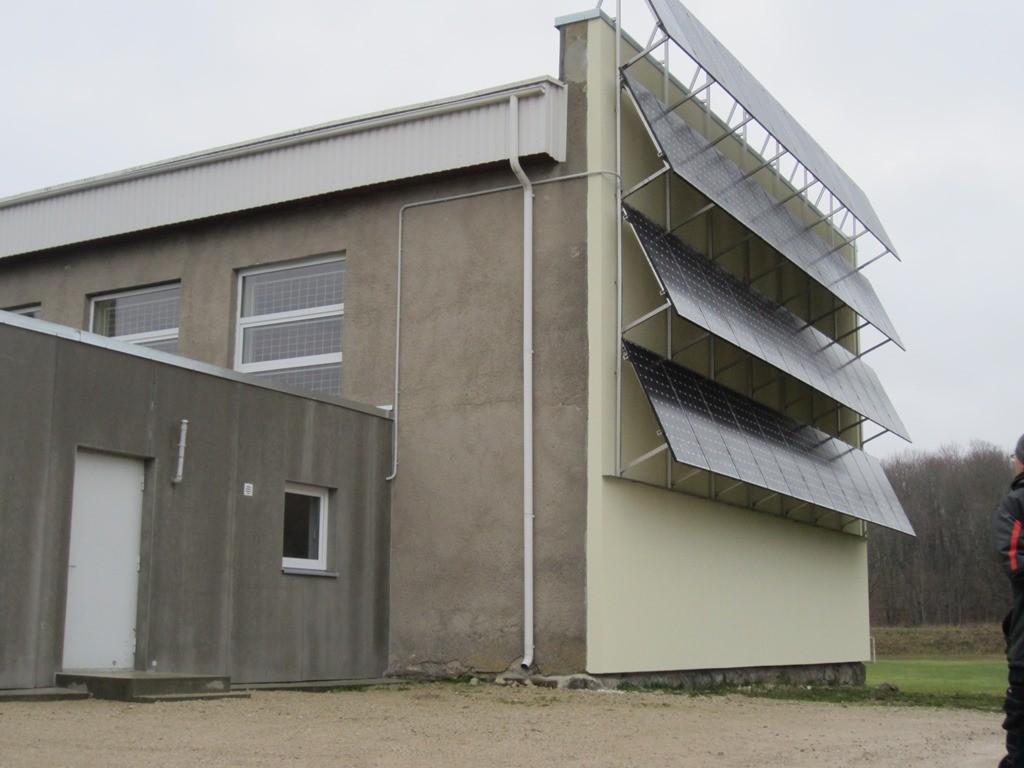 15990 Mõdriku mõisa viinavabrik, kaitsevööndisse spordihoone seinale on paigaldatud päikesepaneelid. Fot. 19.11.2013 Anne Kaldam