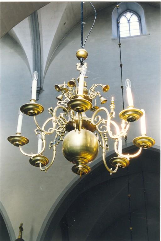 Kroonlühter. 17. saj. lõpp(?), 19. saj. osal. ümber valatud (messing) Foto: Jaanus Heinla, 2000