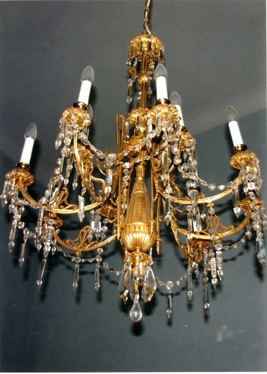 Kroonlühter kümne tulega. 19. saj. (pronks, kristalltilgutid). Pärast restaureerimist. Foto: Jaanus Heinla, 2007.