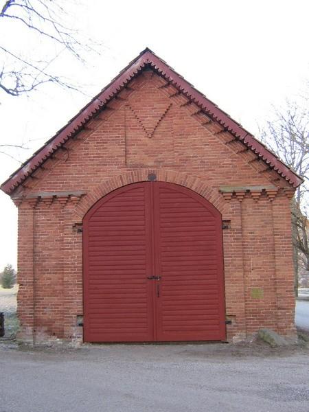 sagadi mõisa kaalumaja idapoolsed remonditud väravad ( avariis lõhutud, taastatud 2007 lõpp).-reg. nr.15943  Autor Anne Kaldam  Kuupäev  04.01.2008