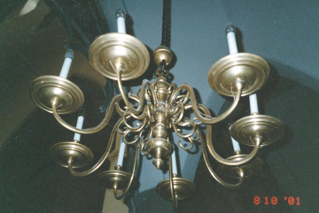 Kroonlühter kaheksa tulega. 17. ja 19. saj. (messing) Foto: L. Krigoltoi, 2001