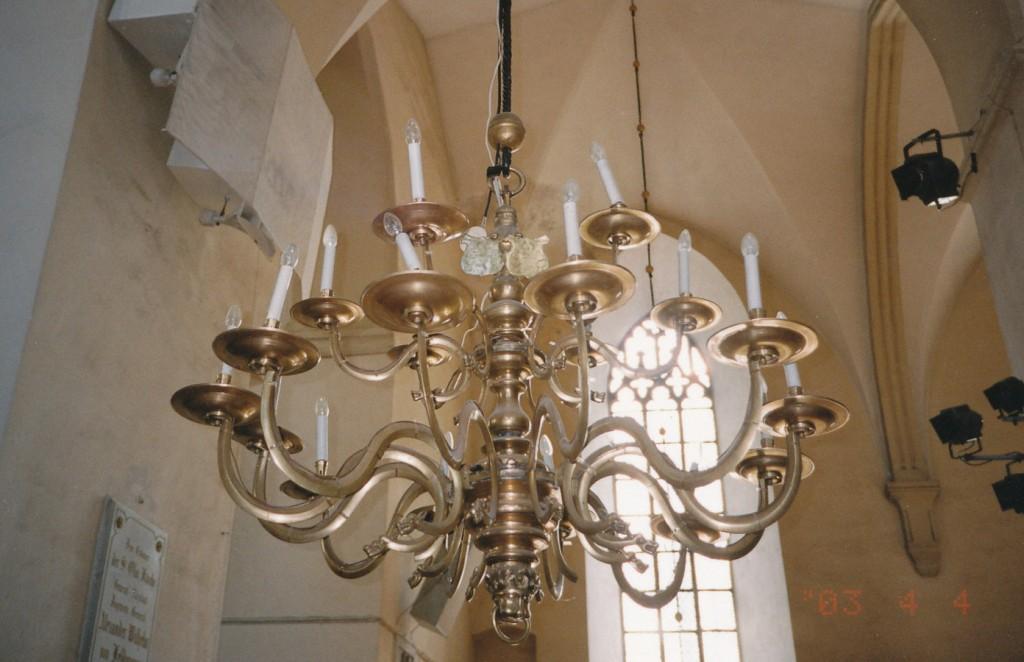Kroonlühter lõvipea ja vapikilpidega, seitsmeteistkümne tulega. 1638 (messing) Foto: L. Krigoltoi, 2003