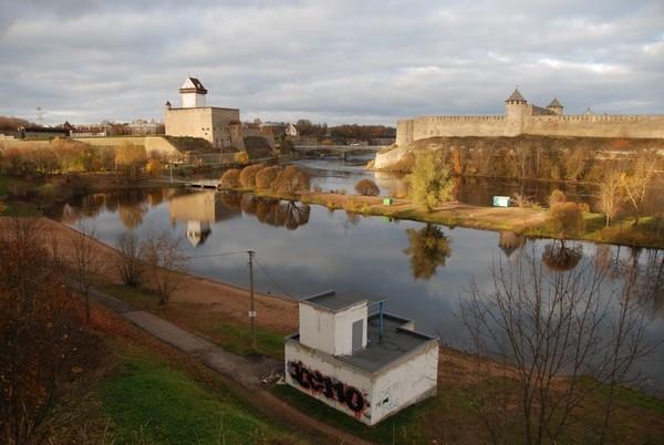 Narva Hermanni linnus. Vaade kagust. Esiplaanil Joaorg, paremal Jaanilinna linnus. Foto: Andres Toode. 27.10.2010.