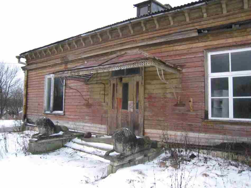 Sikassaare mõisa peahoone ees olevad lõvifiguurid. Foto: R. Peirumaa.  Kuupäev:  09.01.2008