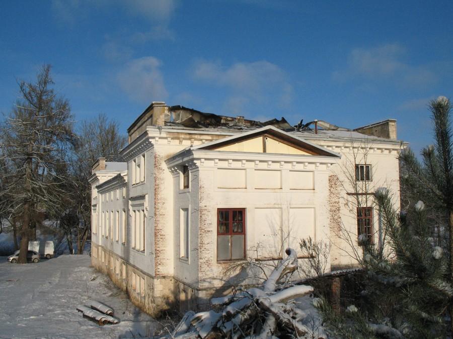 Vaade 16.01.2014 toimunud põlengus kahjustada saanud mõisa peahoone katusele. Foto Kersti Siim, 16.01.2014.