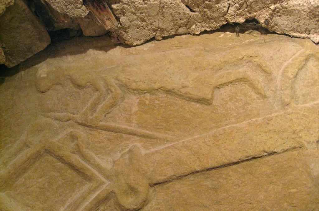 Trapetsikujuline hauaplaat ilmapuu, sõdalase ja sarve kujutistega. 13. saj.? (dolomiit). Detail. Foto: S.Simson 05.09.2008