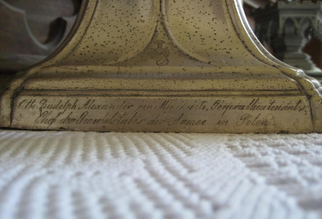 Altariküünlajalg. Fraget, Varssavi,  kingitud 1866 (kollane metall, hõbetatud, trugitud). Kirje detail. Foto: S.Simson 30.06.2009
