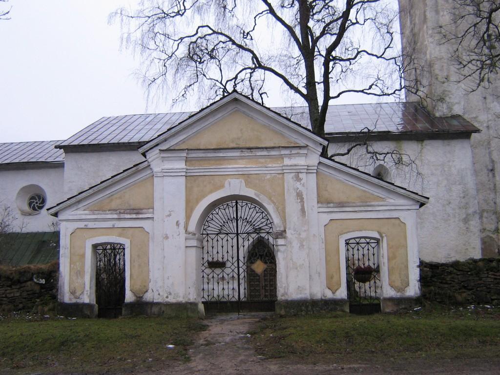 Pilistvere kiriku ees asuv värav. Foto: Anne Kivi, 28.01.2008