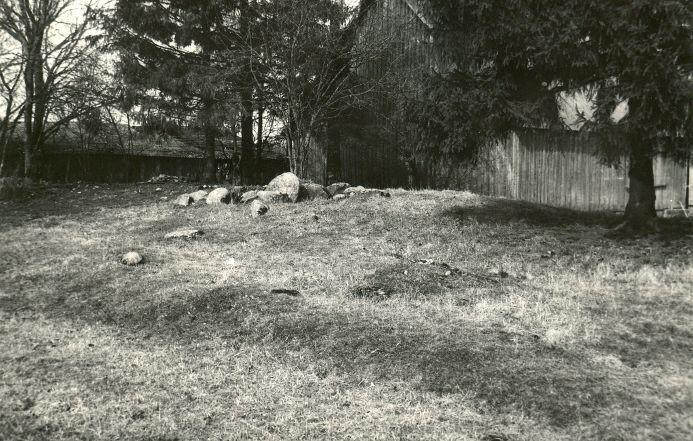 Kivikalme - edelast. Foto: E. Väljal, 01.04.1991.