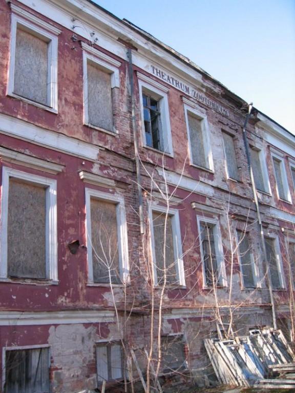 Narva mnt 78 vihmaveesüsteem on katki. Foto Egle Tamm, 25.02.2014.