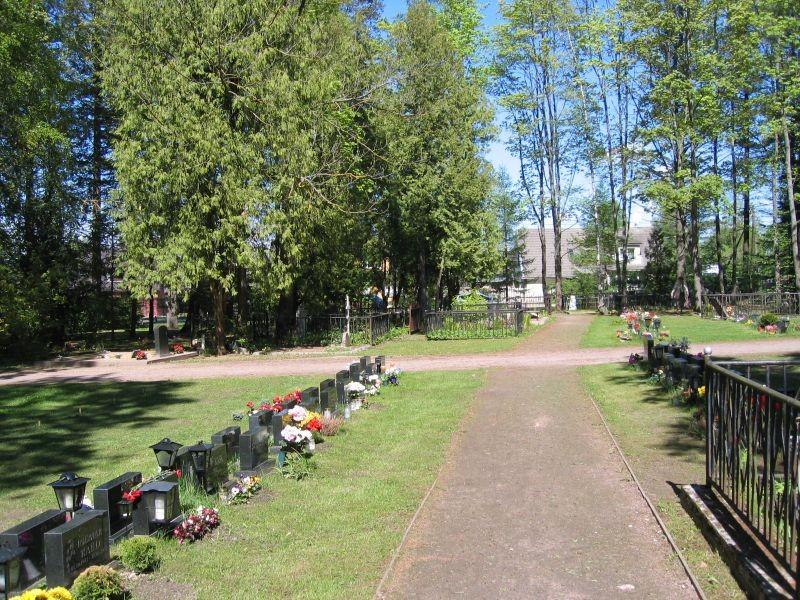 Sõjaväekalmistu vastu Raadi kalmistut, uuemate haudade osa, taamal vanemad hauad. Foto Egle Tamm, 16.05.2014.
