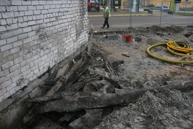 Kaevetööde käigus väljatõstetud vraki detailid. Foto: Maili Roio, 2009.
