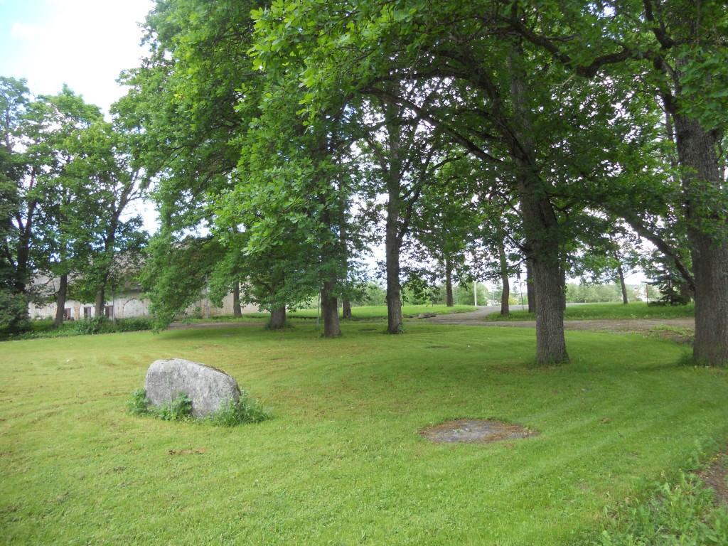 Kiikla mõisa park, 19.saj. peahoone ees. Foto: Kalle Merilai 09.06.2014.a.