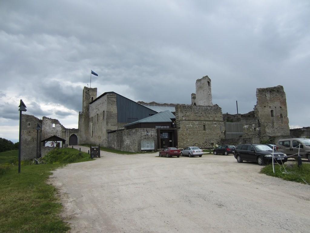 Rakvere linnuse varemed vallikraaviga, vaade idast foto: Anne Kaldam 26.06.2014