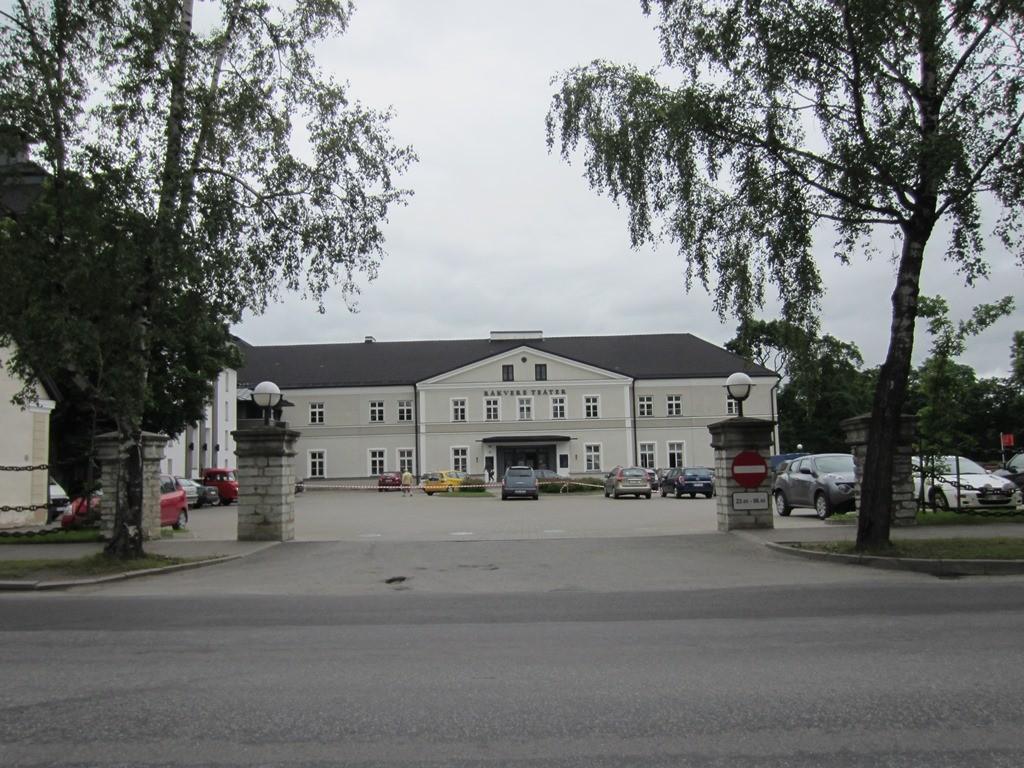 15722 Rakvere mõisa peahoone ja teatrihoone, vaade Kreutzwaldi tänavalt, Foto Anne Kaldam 01.07.2014