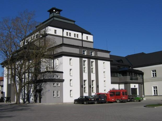 Rakvere mõisa peahoone ja teatrihoone :15722, vaade teatri õuest teatrile  Autor Anne Kaldam  Kuupäev  22.04.2008