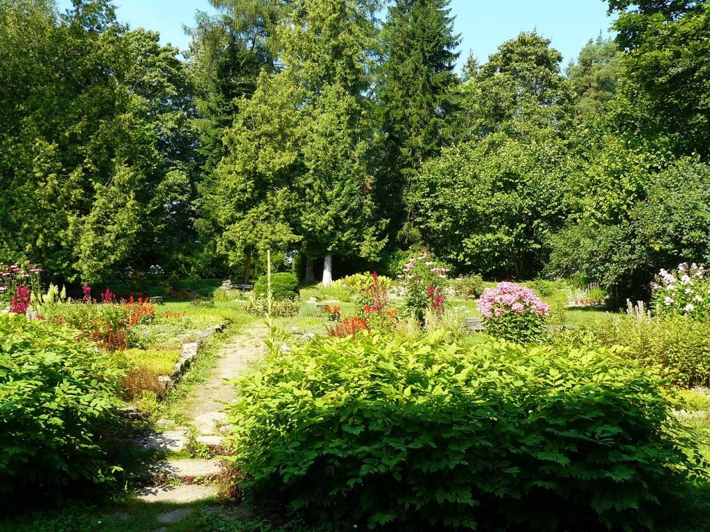 Kirna mõisa pargi tagaväljakul asuv iluaed. Foto 07.08.2014 Anneli Kalm