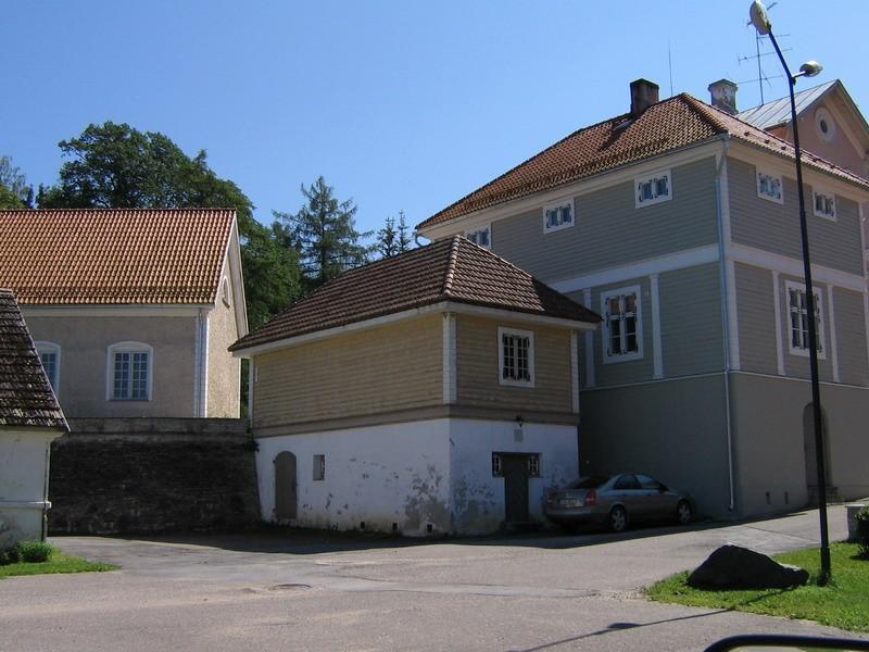Vihula mõisa teenijatemaja 1 :pildil parempoolne hoone- ajalooliselt ka tuvimaja  Autor ANNE KALDAM  Kuupäev  05.07.2007